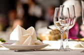 Lege glazen instellen in restaurant — Stockfoto