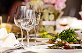 Empty glasses set in restaurant — Stockfoto