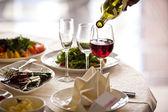 Glazen set met dranken in restaurant — Stockfoto