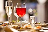 óculos em conjunto com bebidas no restaurante — Foto Stock