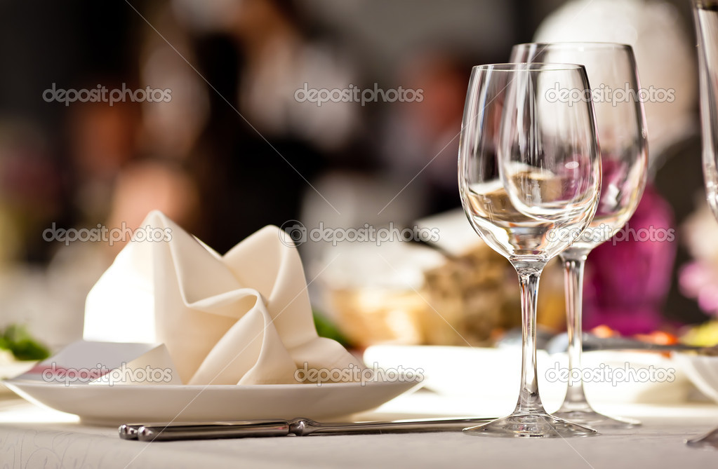 Empty glasses set in restaurant. Part of interior — Stock Photo #11140710