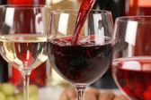 酒倒入一杯葡萄酒杯 — 图库照片