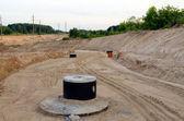 Construction de routes. puits de gravier des eaux usées — Photo