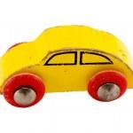 白で隔離される木製の黄色レトロおもちゃの車 — ストック写真