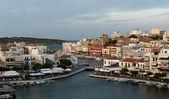 Agios Nikolaos. View on evening town and Voulismeni lake — Stock Photo
