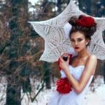 jeune fille se promène dans la neige — Photo #11650272