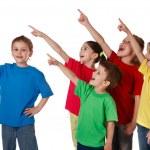 gruppo di bambini con rivolto verso l'alto segno — Foto Stock