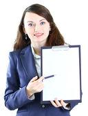 Retrato de una mujer de negocios joven linda con el plan de trabajo sonriendo. — Foto de Stock