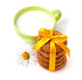 Oat cookies with milk — Stock Photo