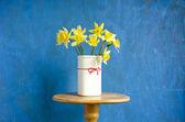 Vase mit gelben Narzissen — Stockfoto