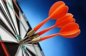 Arrows and darts target — 图库照片