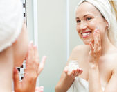 Aplicar la crema en la mañana de mujer — Foto de Stock