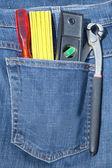 Strumenti su una tasca di jeans blu — Foto Stock