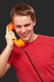 浅谈老式电话在黑色 ba 的年轻男子的画像 — 图库照片