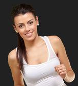 Здоровая молодая девушка работает на черном фоне — Стоковое фото