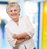 Portrait of a adorable senior woman standing indoor — Stock Photo