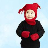 Portrét roztomilé dítě s úsměvem nosit zimní oblečení na modrém pozadí — Stock fotografie
