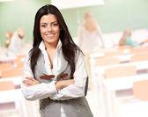 Portret dziewczynki szczęśliwy uśmiechający się w klasie — Zdjęcie stockowe