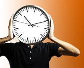 Człowiek gospodarstwa zegar — Zdjęcie stockowe