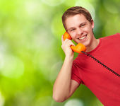 Genç adam bir n karşı vintage telefon ile konuşurken portresi — Stok fotoğraf