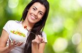 Портрет здоровой женщины едят салат против природы му — Стоковое фото