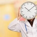 Ritratto di un medico in possesso di un orologio — Foto Stock
