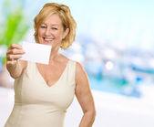 Kobieta wyświetlone puste karty — Zdjęcie stockowe