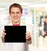 Tablet digital do jovem apresentando — Foto Stock