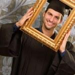 uomo laureato guardando attraverso una cornice — Foto Stock