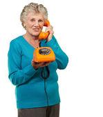 Olgun kadın telefonla konuşuyor — Stok fotoğraf