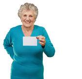 Porträtt av en kvinna med blankt papper — Stockfoto