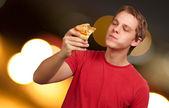 Retrato de una pizza de joven comiendo — Foto de Stock