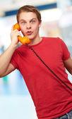 Portrait d'un jeune homme parler téléphone vintage — Photo