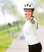 Frau trägt helm ergebnis daumen hoch — Stockfoto