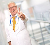 Retrato de un médico senior — Foto de Stock