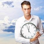 rozhněvaný muž drží hodiny — Stock fotografie