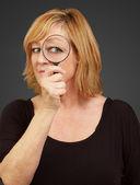 Donna utilizzando una lente di ingrandimento — Foto Stock