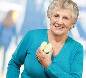Ritratto di donna matura felice tenendo apple — Foto Stock