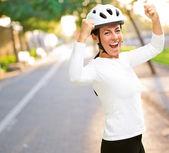 女人戴头盔欢呼 — 图库照片