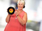 Portrait d'une femme senior avec casque d'écoute — Photo