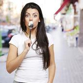 Vrouw met een lepel — Stockfoto