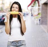 Kobieta jedzenie kaczan kukurydzy — Zdjęcie stockowe