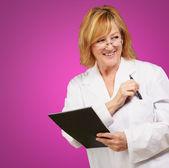 Kadın doktor holding kitap — Stok fotoğraf