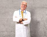 一位资深男医生的肖像 — 图库照片