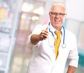 Başparmak yukarıya ile mutlu erkek doktor — Stok fotoğraf