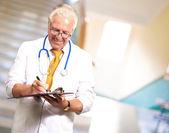 šťastný muž lékař psaní na schránky — Stock fotografie