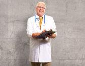 幸せの男性医師をクリップボードに書き込む — ストック写真