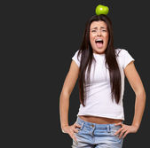 Young Girl With Apple On Head — Stockfoto