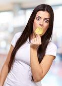 žena hledá překvapený — Stock fotografie