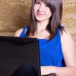 Молодая девушка с ноутбуком — Стоковое фото
